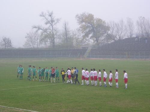 """Мачът започна с пет минути закъснение заради мъглата на стадион """"Георги Бенковски""""."""